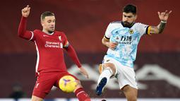 Gelandang Liverpool, Jordan Henderson (kiri), berebut bola dengan gelandang Wolverhampton, Ruben Neves dalam laga lanjutan Liga Inggris 2020/21 pekan ke-11 di Anfield Stadium, Minggu (6/12/2020). Liverpool menang 4-0 atas Wolverhampton. (Pool via AFP/Peter Powell)