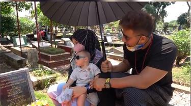 6 Momen Ammar Zoni dan Irish Bella Ajak Baby Air Ziarah ke Makam Anak Kembar