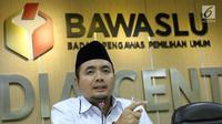 Anggota Bawaslu, Mochammad Afifuddin memberikan keterangan di Gedung Bawaslu, Jakarta, Kamis (12/7). Bawaslu memberikan sejumlah keterangan hasil pengawasan penyelenggaraan Pilkada Serentak 2018. (Liputan6.com/Helmi Fithriansyah)