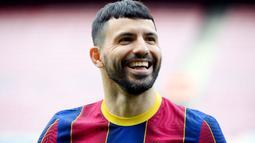 Sergio Aguero - Barcelona harus menelan pil pahit lantaran bomber anyarnya ini harus absen setidaknya selama 10 minggu. Pemain yang merupakan kawan dekat Lionel Messi ini mengalami cedera tendon betis kanan saat menjalani sesi latihan. (Foto: AFP/Lluis Gene)
