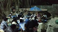 Penampakan sumur wasiat zaman leluhur pendiri Cirebon ki Danusela ditengah kerumunan warga sekitar. Foto (Liputan6.com / Panji Prayitno)