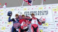 Pembalap Astra Honda Racing Team, Rheza Danica Ahrens (tengah) dan Mario Suryo Aji (kanan), naik podium pada balapan pertama ARRC 2018 kelas AP250 di Sirkuit Suzuka, Jepang, Sabtu (2/6/2018). (Instagram/Asia Road Racing Championship)