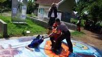 Komunitas Siaga Bencana Berbasis Masyarakat (Sibat) mengikuti kegiatan simulasi tanggap bencana di samping Kelurahan Tamanbaru, Kabupaten Banyuwangi, Selasa (11/2).