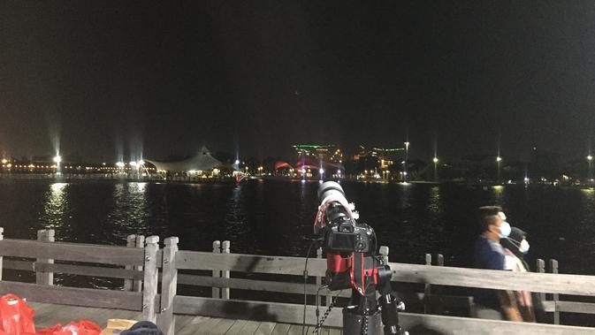Pemantauan fenomena gerhana bulan total di Dermaga Cinta Taman Impian Jaya Ancol. (Liputan6.com/Radityo Priyasmoro)