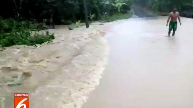Menurut warga, banjir disebabkan hujan deras yang mengguyur kawasan tersebut sejak Rabu sore. Akibatnya, Sungai Labu tidak mampu menampung debit air dan meluap.