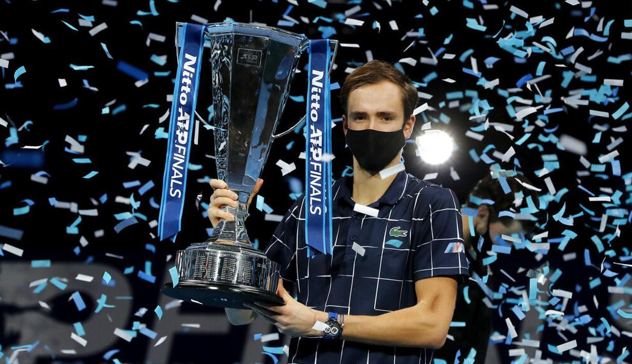 Petenis Rusia Daniil Medvedev memegang trofi juara ATP World Finals di O2 Arena, London, Inggris, Minggu (22/11/2020). Daniil Medvedev menjuarai ATP World Finals usai mengalahkan petenis Austria Dominic Thiem pada babak final. (AP Photo/Frank Augstein)