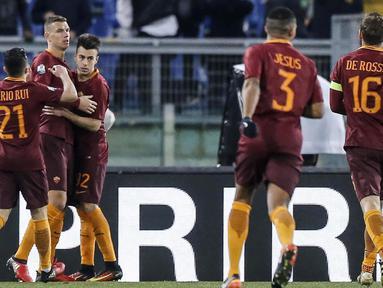 Para pemain AS Roma merayakan gol Edin Dzeko (2kiri) saat melawan Sampdoria pada laga Coppa Italia di di Roma Olympic stadium, Kamis (19/1/2017). Roma menang 4-0. (Angelo Carconi/ANSA via AP)