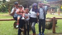 Foto keluarga Sukwanto bersama istri dan tiga anaknya yang diberi nama dengan nama produk Toyota