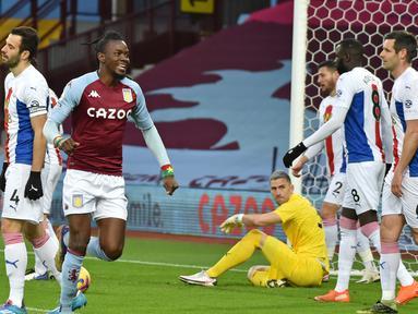 Striker Aston Villa, Bertrand Traore (kedua dari kiri) melakukan selebrasi usai mencetak gol pertama timnya ke gawang Crystal Palace dalam laga lanjutan Liga Inggris 2020/21 pekan ke-15 di Villa park, Birmingham, Sabtu (26/12/2020). Aston Villa menang 3-0 atas Crystal Palace. (AFP/Rui Vieira/Pool)