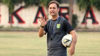 Wolfgang Pikal, pelatih Persebaya. (Bola.com/Aditya Wany)