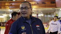 Chef de Mission Indonesia (CdM), Harry Warganegara, saat mengunjungi latihan Timnas Hoki Es Indonesia di Bintaro X Change, Rabu (23/10). Sebanyak 18 atlet akan ikut berjuang pada SEA Games 2019 mendatang. (Bola.com/M Iqbal Ichsan)