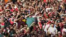 Pendukung Arsenal bersorak selama pertandingan Liga Inggris melawan Tottenham Hotspur di stadion Emirates di London, Minggu (27/9/2021). Kemenangan ini membawa Arsenal berada di posisi ke sepuluh klasemen sementara dengan 9 poin. (AP Photo/Frank Augstein)