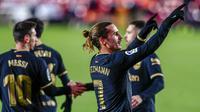 Penyerang Barcelona, Antoine Griezmann, melakukan selebrasi usai mencetak gol ke gawang Granada pada laga Liga Spanyol di Stadion Los Carmenes, Sabtu (9/1/2021). Bracelona menang dengan skor 4-0. (AP/Jose Breton)