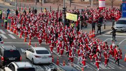 Sinterklas Lari Maraton di Korsel: Peserta yang mengenakan kostum Sinterklas mengikuti lomba lari maraton dalam acara Santa Run 2019 di Goyang, Korea Selatan, Sabtu (7/12/2019). Sekitar 2.000 peserta mengikuti lomba lari maraton sejauh 5 dan 10 kilometer. (AP Photo/Lee Jin-man)