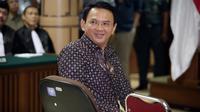 Senyum Gubernur DKI Jakarta non-aktif Basuki T Purnama alias Ahok sesaat sebelum dimulainya sidang lanjutan di PN Jakarta Utara, Selasa (26/12). Persidangan ketiga ini beragenda pembacaan putusan sela oleh majelis hakim. (Liputan6.com/Bagus Indahono/Pool)