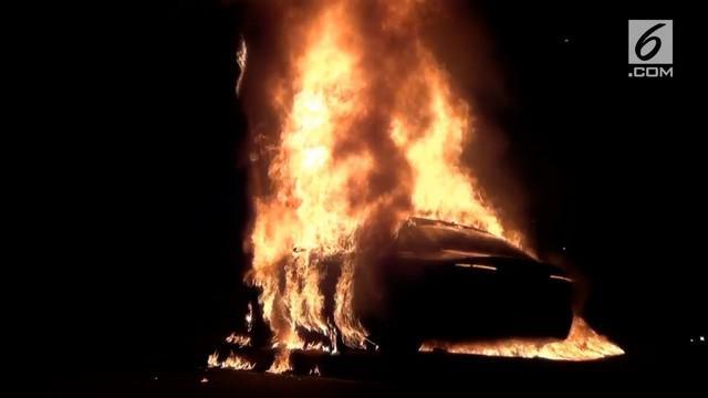 Sebuah mobil yang melaju dengan kecepatan tinggi menabrak 3 pengendara motor lalu menghantam tiang dan terbakar