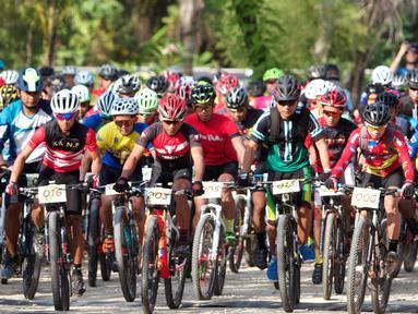 Pebalap sepeda beradu kecepatan pada kejuaraan Mountain Bike Cross Country Marathon (MTB XCM) di Kawasan Tanjung Lesung, Pandeglang, Banten, Sabtu (29/9). Ajang ini menjadi bagian dari Festival Pesona Tanjung Lesung 2018. (Liputan6.com/HO/Nick)