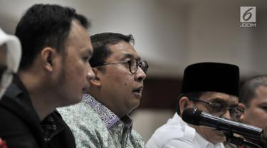Wakil Ketua DPR RI Fadli Zon berbicara saat bertemu dengan pihak Pengadilan Tinggi DKI Jakarta, Senin (4/2). Fadli mempertanyakan dasar hukum penahanan Ahmad Dhani terkait kasus pelanggaran UU ITE. (Merdeka.com/Iqbal Nugroho)