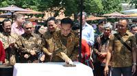 Presiden Jokowi ikut membatik cap untuk merayakan Hari Batik Nasional 2019 yang dipusatkan di Pura Mangkunegaran, Solo, Rabu (2/10).(Liputan6.com/Fajar Abrori)