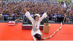 Berfoto dengan para penontonnya, Vivi Artika mengenakan dress putih yang senada dengan warna topinya. Vivi terlihat ceria dan sangat mempesona. (Liputan6.com/IG/@viviartika)