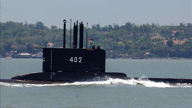 Foto yang dirilis 21 April 2021 kapal selam KRI Nanggala 402 berangkat dari pangkalan angkatan laut di Surabaya. KRI Nanggala-402 dibuat tahun 1977 di Howaldtswerke Deutsche Werft (HDW) Jerman. (Handout/Indonesia Military/AFP)