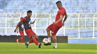 Wiga Brilian Syahputra tidak segan berduel dengan pemain inti Arema FC. (Bola.com/Iwan Setiawan)