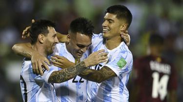 Pemain Argentina Joaquin Correa (kanan) merayakan golnya ke gawang Venezuela bersama rekan setimnya Lautaro Martinez (tengah) dan Lionel Messi pada pertandingan sepak bola kualifikasi Piala Dunia 2022 di Caracas, Venezuela, Kamis (2/9/2021). Argentina menang 3-1. (Yuri Cortez, Pool via AP)