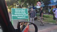 Taman Impian Jaya Ancol menutup pintu masuk karena kapasitas pengunjung sudah penuh. Masyarakat beramai-ramai mendatangi pantai Ancol untuk menyaksikan fenomena gerhana bulan total atau super blood moon. (Liputan6.com/Radityo Priyasmoro)