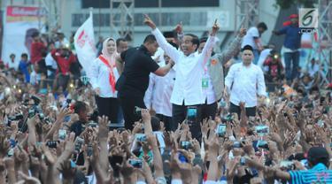 Capres nomor urut 01 Joko Widodo atau Jokowi menyapa pendukungnya saat kampanye terbuka di Alun-Alun Brebes, Jawa Tengah, Kamis (4/4). Jokowi menargetkan kemenangan lebih dari 80 persen di Brebes. (Liputan6.com/Angga Yuniar)