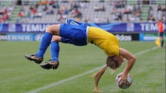 Leah Fortune, bek cantik asal Brasil melakukan lemparan akrobatik ketika Brasil melawan Norwegia pada Piala Dunia Wanita U-20 tahun 2008. Lemparan yang diberikan Leah sukses menjadi umpan matang yang berujung gol.