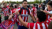 Penyerang Atletico Madrid, Luis Suarez, merayakan keberhasilan menjuarai La Liga musim ini bersama suporter. (AP Photo/Manu Fernandez)
