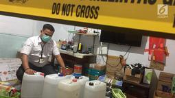 Bahan baku pembuatan parfum palsu berbagai merek di kawasan Tamansari, Jakarta Barat, Rabu (7/2). Parfum palsu tersebut telah dipasarkan ke sembilan provinsi di Indonesia. (Liputan6.com/Immanuel Antonius)