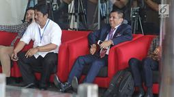 Sekjen Partai Demokrat, Hinca Panjaitan tertawa di dalam gedung KPK, Jakarta, Kamis (15/3). Hinca Panjaitan bertemu dengan petinggi KPK untuk membahas pencegahan dan pemberantasan korupsi , khususnya di internal parpol. (Liputan6.com/Herman Zakharia)