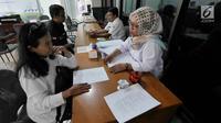 Warga berkonsultasi  pendaftaran program rumah DP 0 rupiah di Kantor Wali Kota Jakarta Selatan, Kamis (1/11). Pendaftaran program rumah DP 0 rupiah atau Solusi Rumah Warga (Samawa) dibuka mulai hari ini. (Liputan6.com/Herman Zakharia)