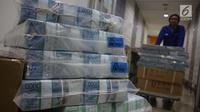Petugas melakukan pengepakan lembaran uang rupiah di Bank Mandiri, Jakarta, Kamis (21/12). Bank Indonesia (BI) mempersiapkan Rp 193,9 triliun untuk memenuhi permintaan uang masyarakat jelang periode Natal dan Tahun Baru. (Liputan6.com/Angga Yuniar)