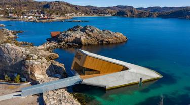 The Under, restoran yang sebagian bangunannya tenggelam ke dalam air di bawah perairan Atlantik Utara di Kristiansand, Norwegia, 19 Maret 2019. Restoran bawah laut terbesar di dunia ini dibuka pada 21 Maret 2019. (Tor Erik SCHRODER/NTB Scanpix/AFP)