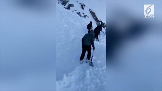 Satu orang tewas dan sembilan lainnya hilang terkena longsor salju di jalur menuju puncak Gunung Himalaya.