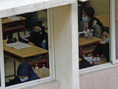Para siswa mengikuti kelas di sebuah sekolah di Beirut, Lebanon, pada 2 Desember 2020. Siswa kembali ke sekolah seiring langkah Lebanon yang mulai mencabut karantina wilayah (lockdown) secara bertahap mulai Senin (30/11). (Xinhua/Bilal Jawich)