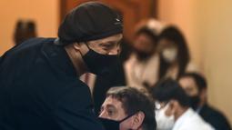 Pensiunan pemain sepak bola Brasil, Ronaldinho, tiba untuk sidang di Asuncion's Justice Palace, di Asuncion, pada 24 Agustus 2020. Ronaldinho tak memiliki gejala apapun. Dia kini mengikuti protokol yang berlaku dengan melakukan isolasi mandiri di Belo Horizonte. (AFP/Norberto Duarte)