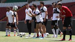 Striker Mesir, Mohamed Salah, melempar bola saat mengikuti sesi latihan jelang laga Piala Dunia di Stadion Akhmat, Rusia, Rabu (13/6/2018). Kondisi cedera bahu yang berangsur pulih membuatnya siap tampil di Piala Dunia 2018. (AFP/Karim Jaafar)