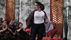 Penyanyi Krisdayanti yang merupakan kader PDIP saat memperagakan Atribut Milenial di Kantor DPP PDIP, Jakarta, Kamis (20/9). Peluncuran Atribut Milenial untuk kampanye Pemilu 2019 ini diperagakan langsung oleh para kader. (Merdeka.com/ Iqbal S. Nugroho)