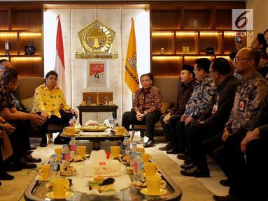 Ketua Partai Golkar Airlangga Hartarto bersama Anggota DPP Partai Golkar saat melakukan pertemuan dengan Ketua Badan Pengawas Pemilu (Bawaslu) Abhan di DPP Partai Golkar, Jakarta, Senin (2/7). (Liputan6.com/Johan Tallo)