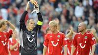 Hanover's goalkeeper Robert Enke applauds with his teammates after Bundesliga match Hanover 96 vs FC Bayern Munich in Hanover on September 27, 2008. Hanover won the match 1-0. AFP PHOTO/PHILIPP GUELLAND