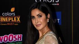 Aktris Bollywood Katrina Kaif berpose saat menghadiri International Indian Film Academy (IIFA) ke-20 di NSCI Dome di Mumbai (19/9/2019). Katrina Kaif tampil memesona dengan gaun transparan berwarna gold. (AFP Photo/Sujit Jaiswal)