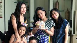 Selain itu, baik Nisya dan Nanasnya sendiri juga terlihat begitu menyayangi kakak iparnya tersebut. Terlihat saat Gigi ulang tahun beberapa waktu lalu, kejutan diberikan untuk Gigi di hari bahagianya. (Instagram/nissyaa)
