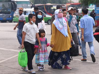 Calon pemudik berjalan di Terminal Kalideres, Jakarta Barat, Kamis (30/7/2020). Libur Idul Adha dimanfaatkan banyak masyarakat untuk mudik ke kampung halaman. (Liputan6.com/Angga Yuniar)