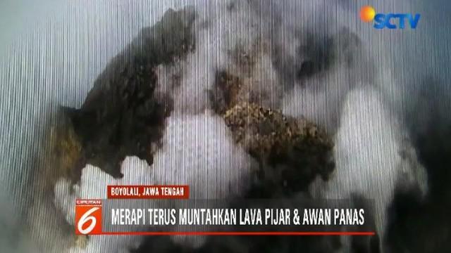 Meski terus mengeluarkan lava pijar dan awan panas, status Gunung Merapi masih pada level waspada.