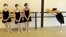 Para siswa menampilkan pertunjukan balet secara virtual di Rumah Karya Sjuma, Serpong, Tangerang Selatan, Banten, Minggu (20/12/2020). Pertunjukan ini biasanya digelar di gedung pertunjukan, namun karena pandemi COVID-19 terpaksa dilakukan secara virtual. (merdeka.com/Arie Basuki)