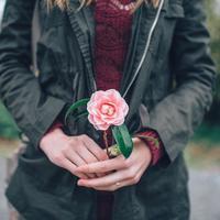 Percuma sih merasa senang kalau hubungannya tiada kepastian~ (Foto: pexels.com)
