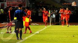 Rahmad Afandi (Persija Jakarta) berlari ke arah para Jakmania usai menjebol gawang Semen Padang dalam laga yang digelar di Stadion GBK Jakarta pada Sabtu 8 Februari 2014 (Liputan6.com/Helmi Fithriansyah)